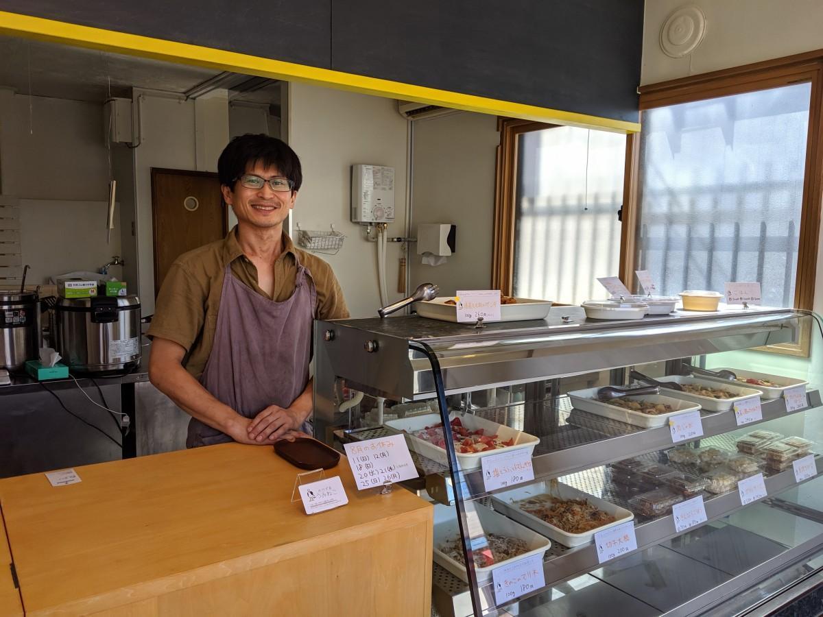 店主の北川さん。メニューには市販のルーを使わずに作ったカレーも。白飯もあり、弁当のようにして食べることもできる。