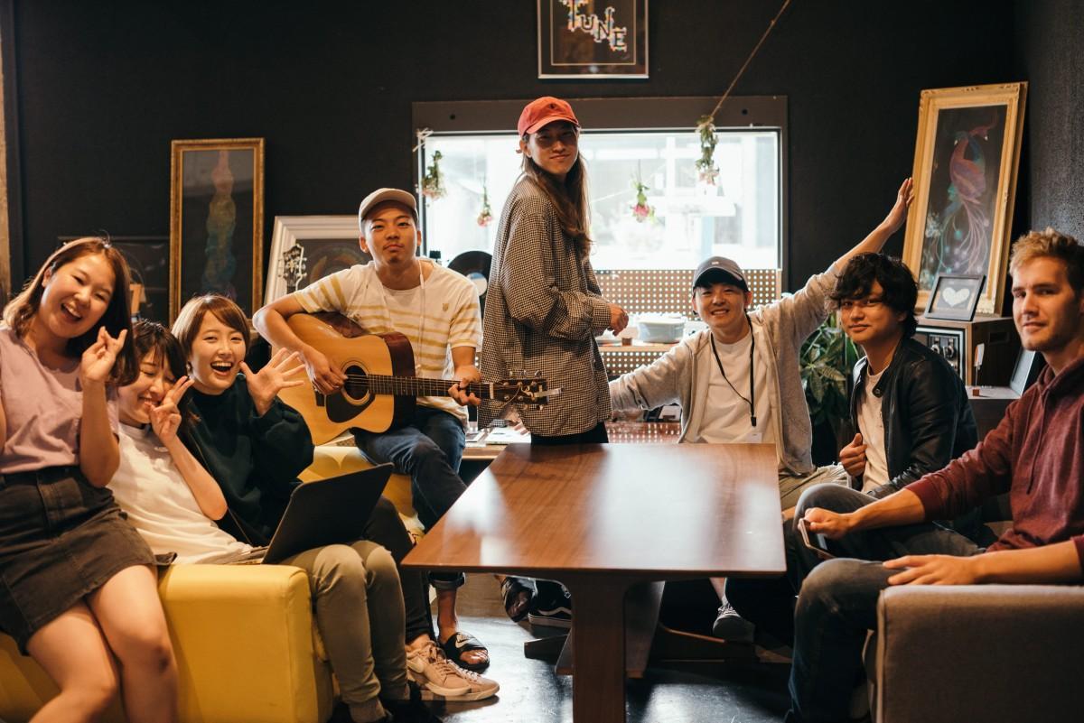 「Tune Hakodate Hostel & MusicBal」のシェアハウスの居住率は9割を超えるという人気ぶり。ライブだけではなく英会話教室などのイベントも開いている。
