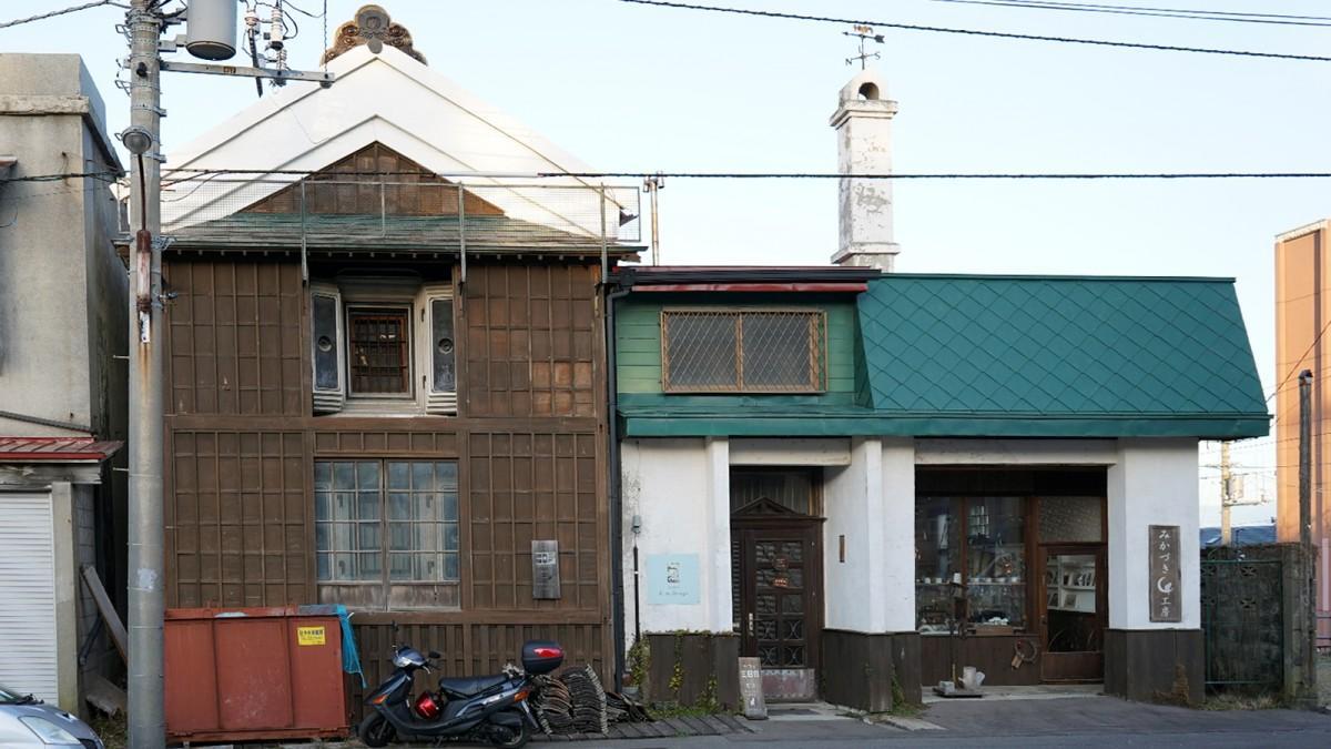 向かって左が明治建築の蔵を再生したギャラリー、向かって右は作品を扱うショップだった