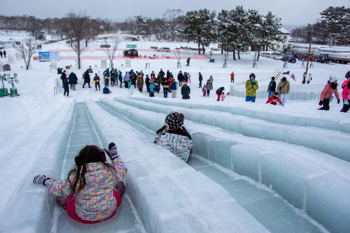大沼の湖面から切り出した厚さ25センチの氷を敷き詰めたジャンボ滑り台