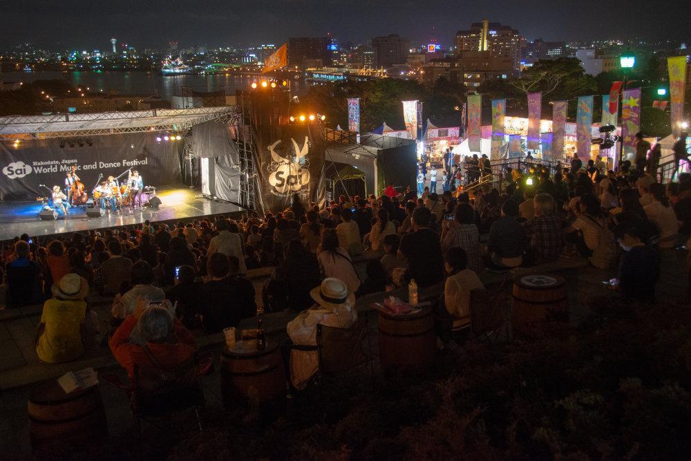 「元町公園で『世界』に出会う」をテーマに、1週間にわたって民俗芸能や大道芸などを上演する「はこだて国際民俗芸術祭」