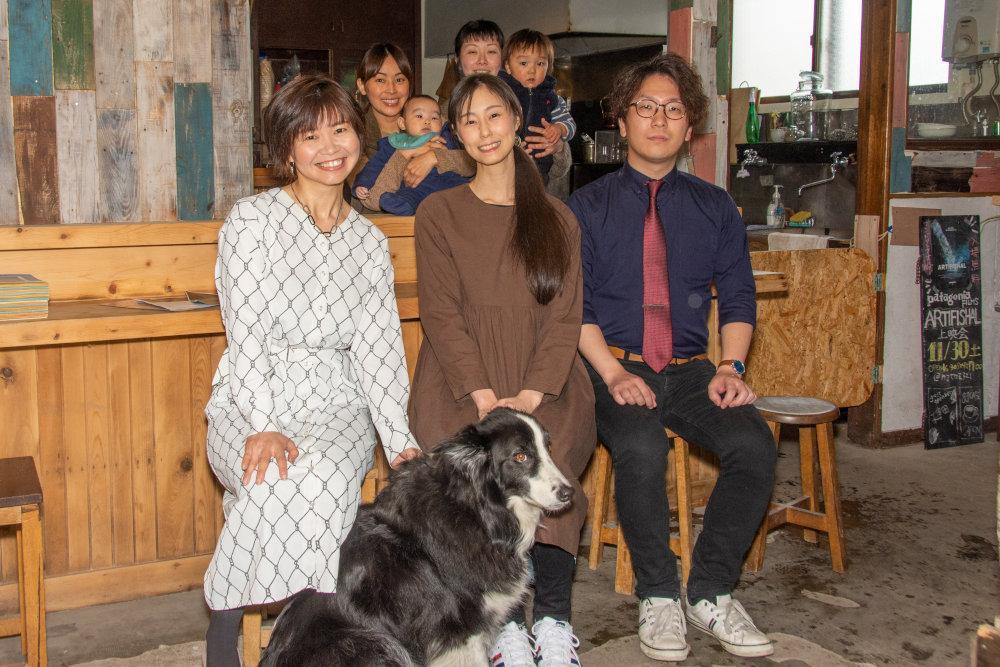 カミヤクモ321で営業する各店舗の店主らと青沼さん