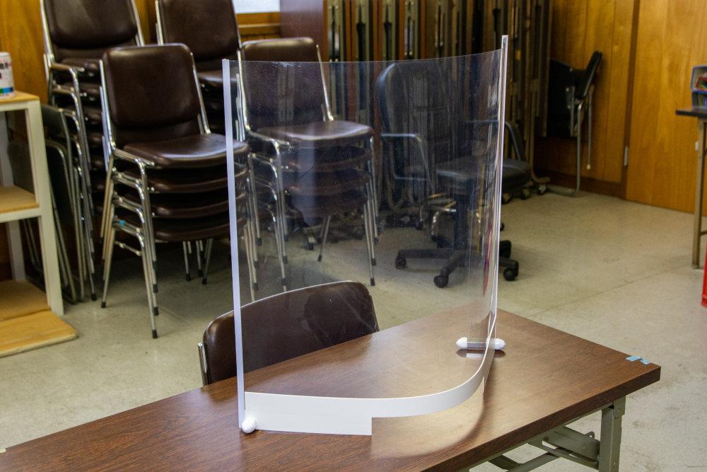 カウンターやテーブルなどの上に置くだけですぐに使える「透明プラスチックシールド」