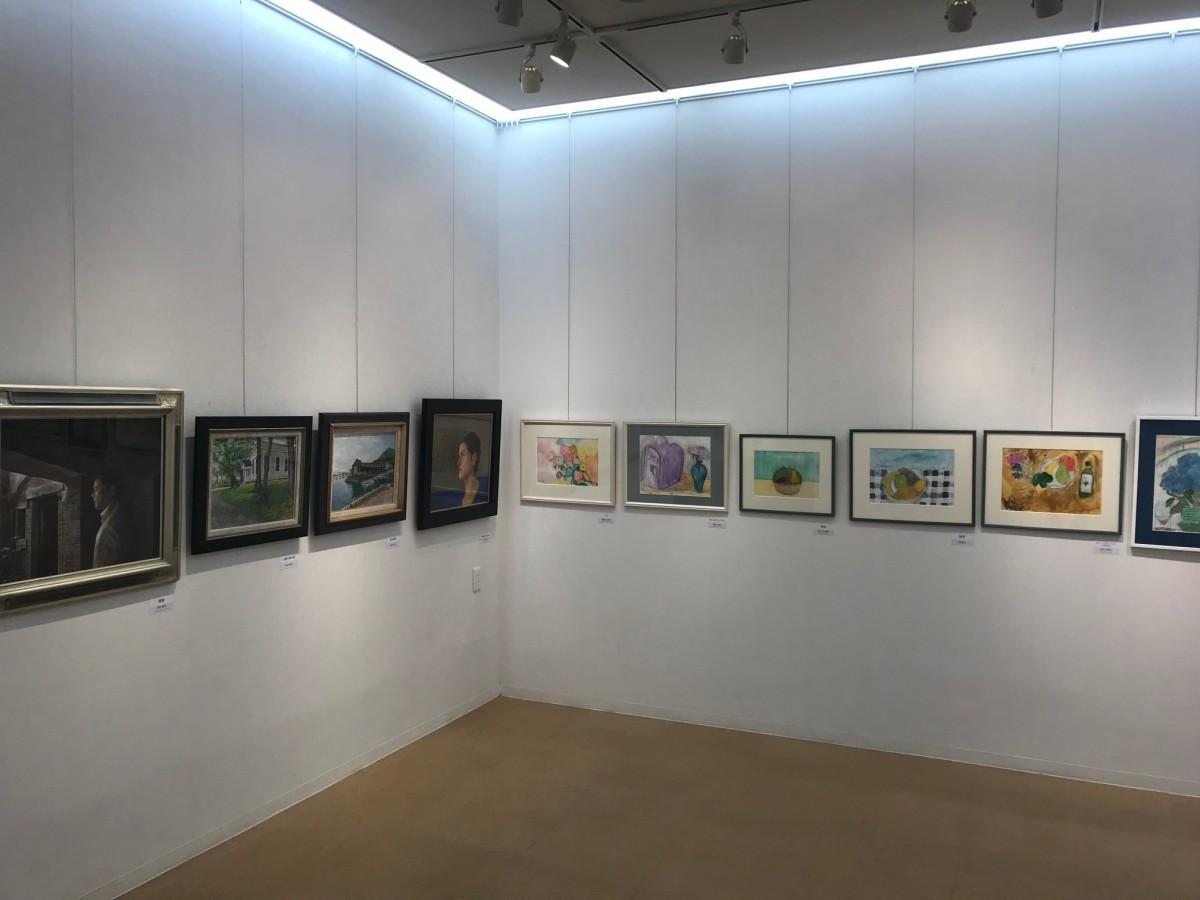 講師と生徒の作品が並ぶ画廊