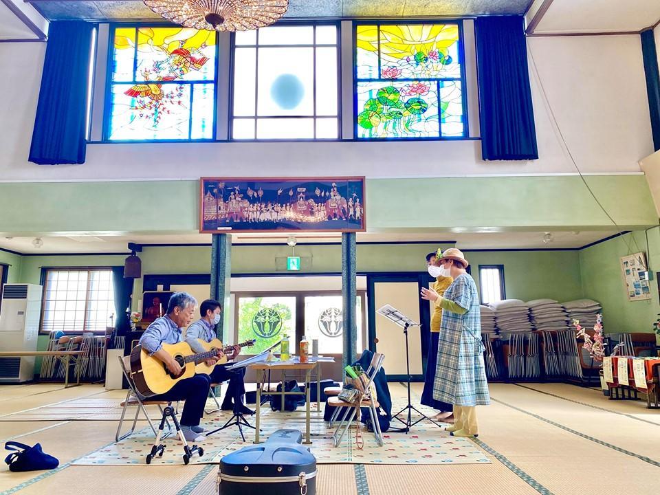 本堂が演奏や歌の練習場所としても利用されている