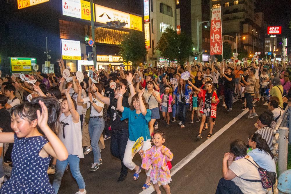 例年は大勢の市民が「函館港まつり」のパレードで函館いか踊りに熱狂する