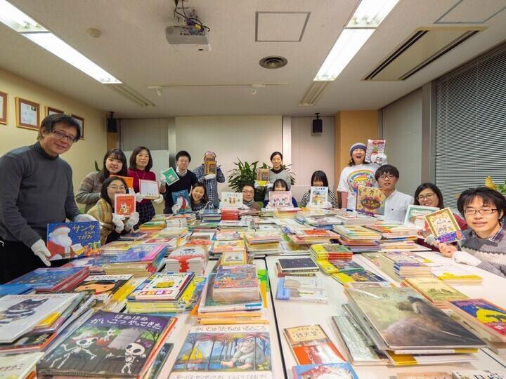 寄付された本はボランティアの手によって仕分けされ、本を待つ子どもたちに向けて全国各地に発送される