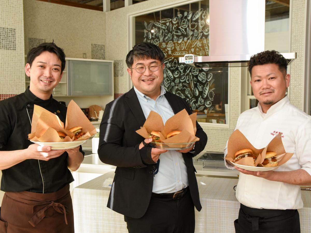 (左から)函館ブリたれカツバーガーの開発に取り組む白戸光さん、國分晋吾さん、菊池隆大さん