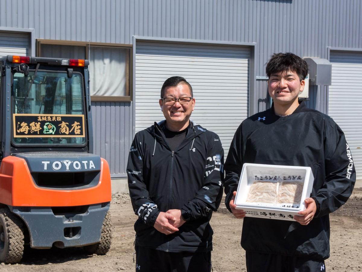 たこうどんを商品化した海鮮商店社長の木元貴光さんと営業マーケティング担当の木元宏耶さん