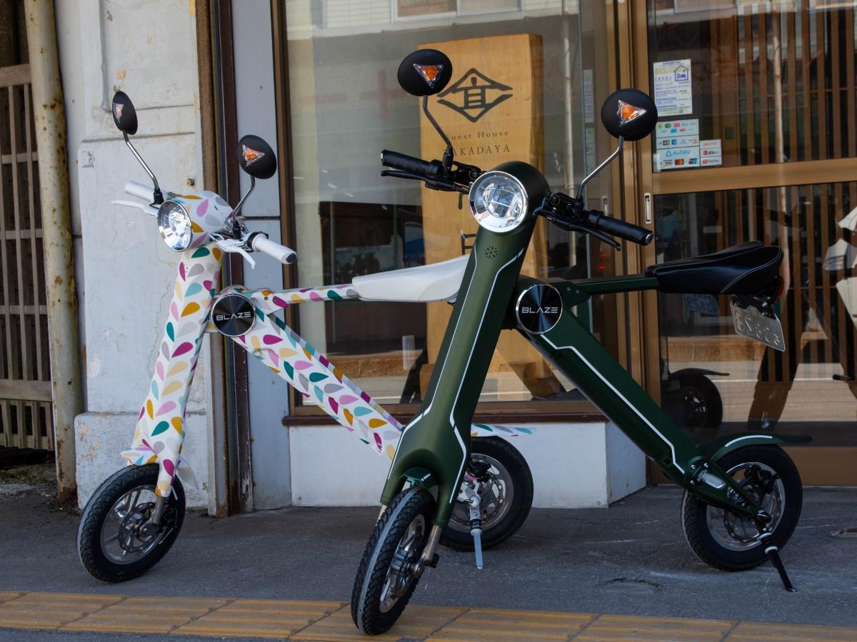超小型電動バイク「ブレイズスマートEV」に乗り、マップを参考にしながら函館の街を巡る