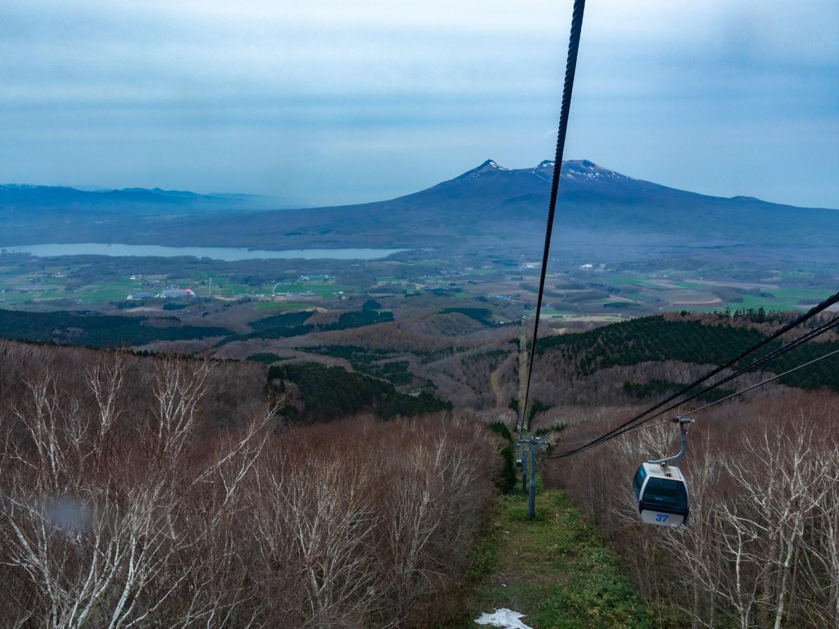 山頂駅舎を降りると目の前に駒ケ岳や大沼国定公園などの景色が広がる「函館七飯ゴンドラ」