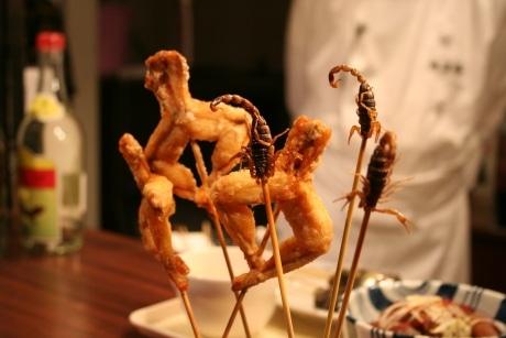 横浜大世界で提供している「サソリの串揚げ」と「蛙の唐揚げ」