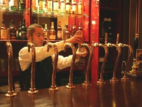クラフトビアバーでは常時10種類の地ビールを樽生で提供する