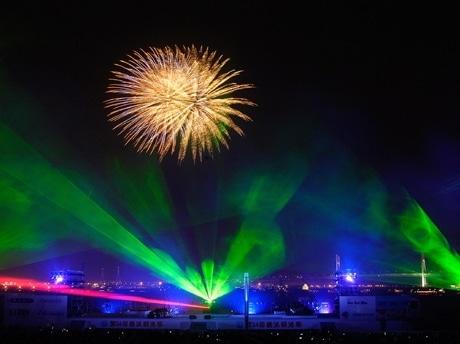 横浜開港祭の光と音・花火のショー「ビームスペクタクル」