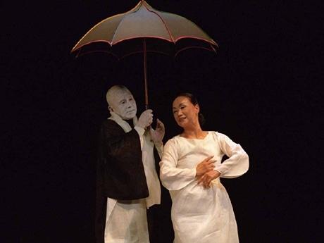 キム・メジャさんと大野慶人さんによる公演「Fleur de printemps, line d'automne」の稽古風景