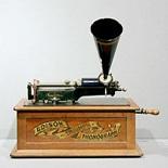 円筒型の「蝋管レコード」を使用して音を再生する「エジソン・トライアンフ」