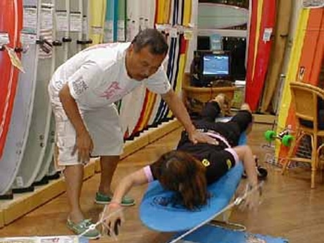 ドジ井坂さんによるオリジナルトレーニングキッドを使用した「サーフィントレーニング教室」の様子