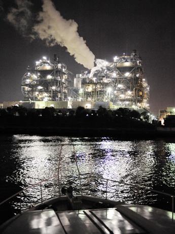 船上から見える京浜工場地帯の夜景