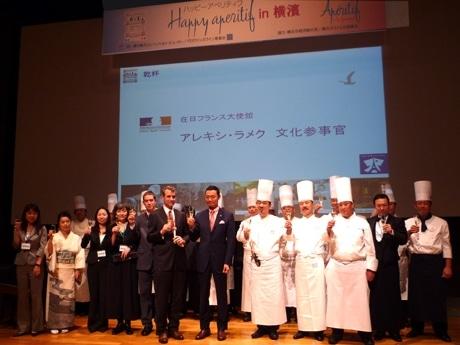 中田宏横浜市長のほか、フランス大使館アレキシ・ラメク参事官らが出席した「横浜フランス月間」オープニングセレモニーの様子