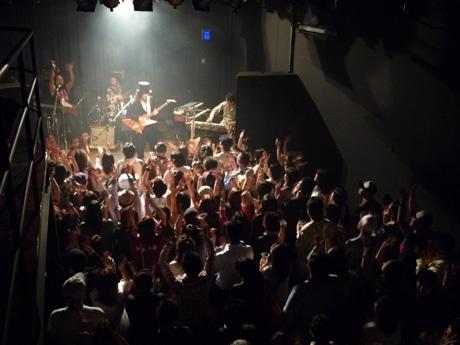 6月6日のこけら落としライブで演奏する「小野瀬雅生ショウ」。