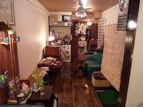「昭和レトロ」をコンセプトにした古本カフェ「まったり屋」。昭和50年ごろの雑誌や本、玩具が並ぶ。