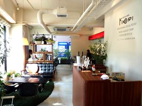 昼間は西日があたり、明るい雰囲気の「CAFE & BAR KIKORI」