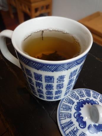 「悟空 TEA BAR」で提供するマグカップで飲む中国茶。