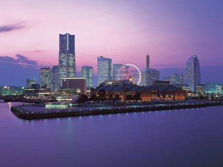 横浜港大さん橋国際客船ターミナルから望むみなとみらいの夜景 ©丸田あつし