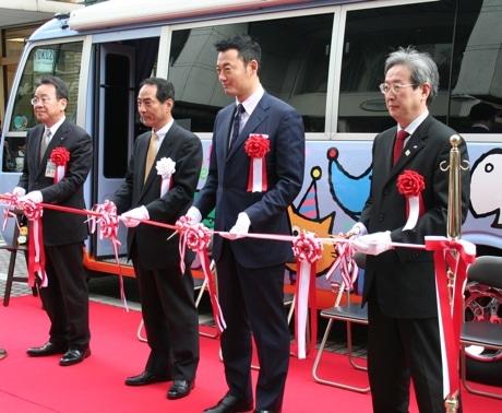 授乳・オムツ替えバス「ポペッツタウン号」テープカットに並ぶ中田市長ら