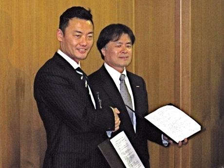 調印式で握手を交わす中田宏横浜市長と山下光彦日産副社長