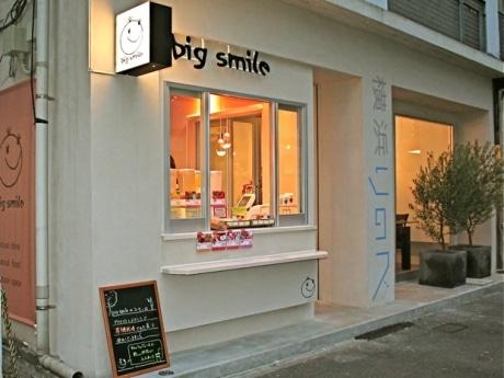 関内太田町通りにオープンした自然派テークアウト専用カフェ「ビックスマイル」。外壁には横浜国大発ベンチャー企業開発の新素材を採用