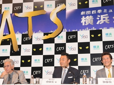 左から劇団四季代表の浅利慶太さん、中田宏市長、キャッツ振付担当で劇団俳優の加藤敬二さん