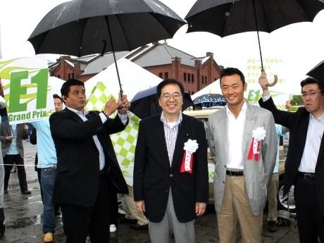 エコカーワールドの「E1グランプリ」のブースに訪れた斉藤鉄夫環境大臣と中田宏横浜市長