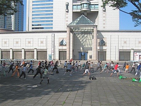 横浜美術館前のグランモール公園「美術の広場」での太極拳&ヨガ