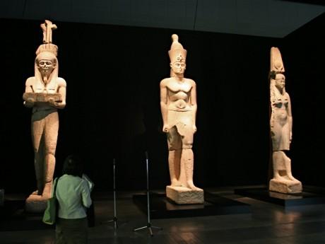 豊穣神ハピの像、ファラオ像、王妃の像