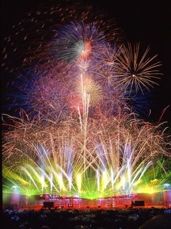 横浜開港祭の光と音・水と花火のショー「ビームスペクタクルinハーバー」