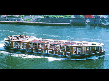 神奈川新聞花火大会で京浜フェリーが特別航行する水上バス「竜馬」