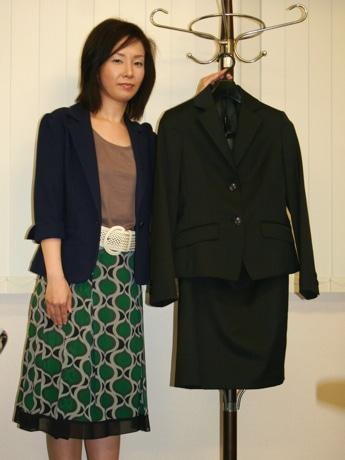 実際に利用されるスーツ(左は、母子就労支援員の平岡智美さん)