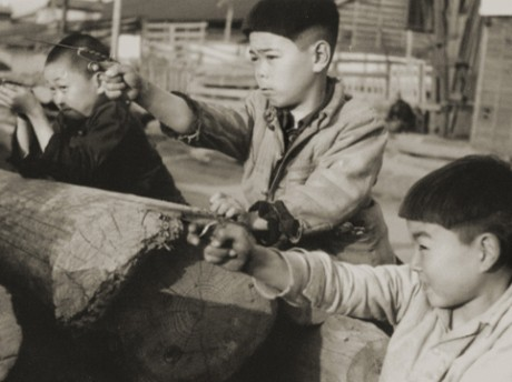 「昭和28年 日ノ出町付近で遊ぶ子どもたち」(広瀬始親氏撮影寄贈・横浜開港資料館所蔵)