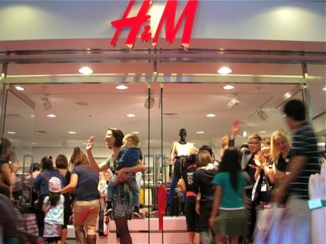 H&Mの陽気なスタッフに歓迎され入場する大勢の客