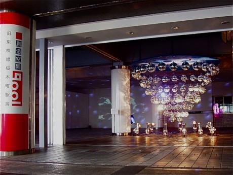 アート集団「MIRRORBOWLER」による空間インスタレーション