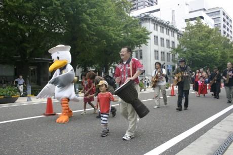 昨年の「横浜カーフリデー」歩行者パレードの様子