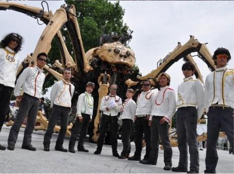 「La Machine (ラ・マシン)」の巨大クモとパイロットたち