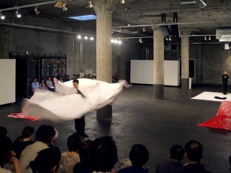 「ズニ・イコサヘドロン」によるコンテンポラリー北京オペラ「Tears of Barren Hill(荒山泪)」