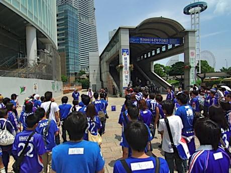 前回の清掃活動で桜木町駅前に集合するサポーターたち