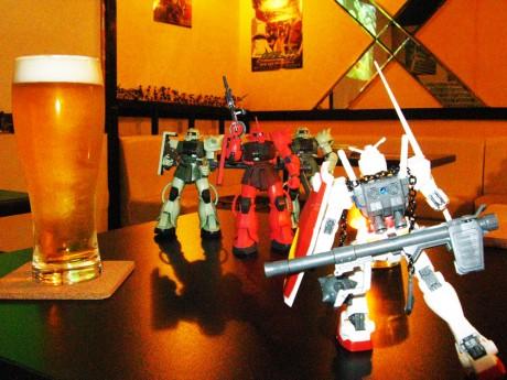 店内に飾られているプラモデルと、ビール「通称・百式」