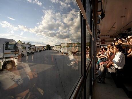トラックの荷台を客席にした演劇 ©Nada Zgang / memento