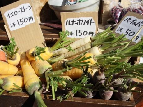 会場には旬の農産物や加工品などの商品が並ぶ
