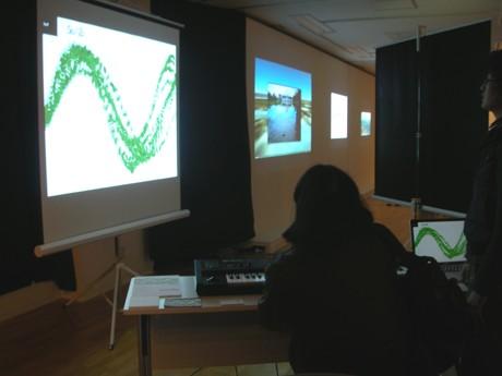 展示されているキーボードで音と映像の両方を演奏できる「So/Zo」