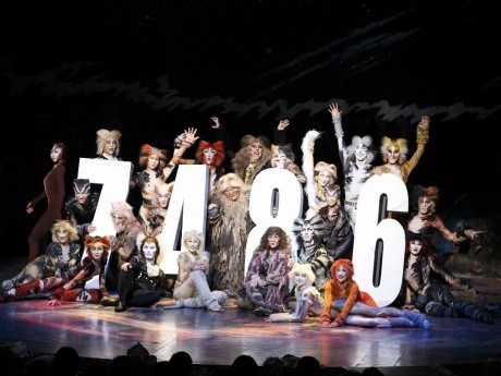4月25日夜の劇団四季「キャッツ」特別カーテンコールの様子(日本公演7,486回記録を達成)